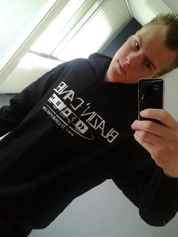 27. Schwarzer-Hoodie-6